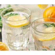 Boire de l'eau chaude et du citron le matin est-il vraiment bon?
